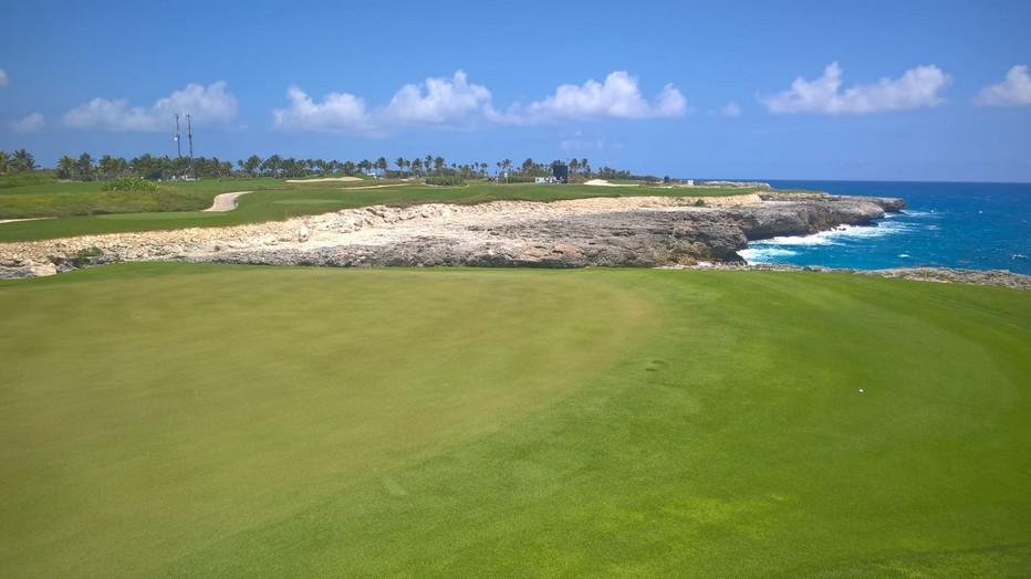 Ouvert en 2010, offrant six trous situés sur des falaises rocheuses, le Corales Golf Club est un terrain de golf qu'il faut absolument jouer, situé à proximité immédiate de la mer des Caraïbes.@ David Raynal