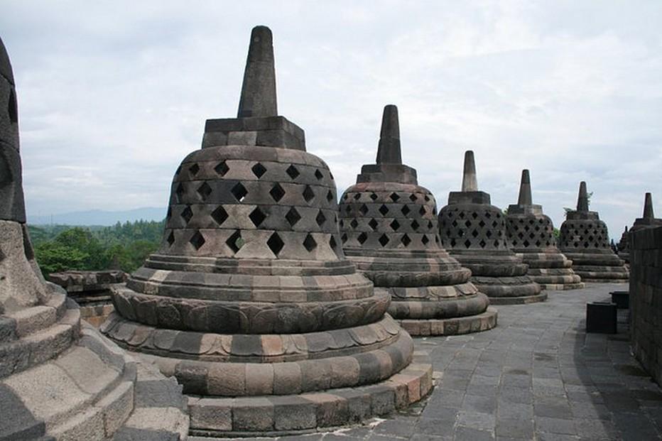 Au  pied du Borobudur, deux millions de blocs de pierre vieux de 1200 ans. Ce célèbre temple bouddhique datant des VIIIe et IXe siècles est situé dans le centre de Java. @ Wonderfull Indonesia..