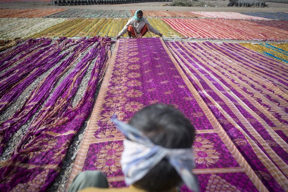 En Inde  dans le Gujarat  es saris sèchent par centaines sur le so .©Fabrice Dimier