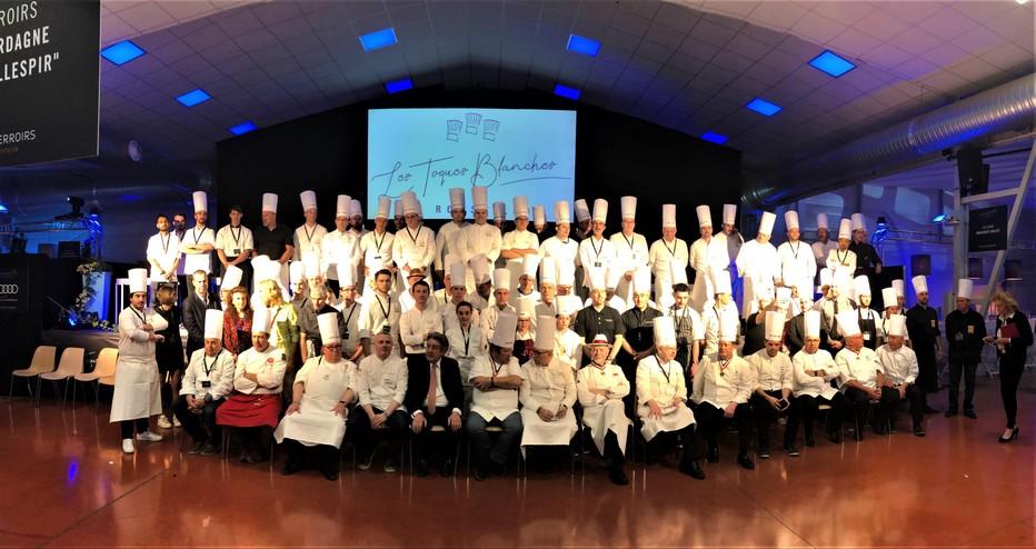 Photo réunissant les nombreux chefs participants, dans la ville de Saint-Estève, au 15ème anniversaire des Toques Blanches du Roussillon. @ Palais des Terroirs
