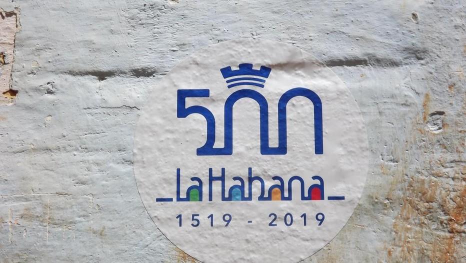 La plupart des maisons de la Havane arborent à même le mur ce logo coloré surmonté d'une couronne pour fêter les 500 ans de l'île. @ DR