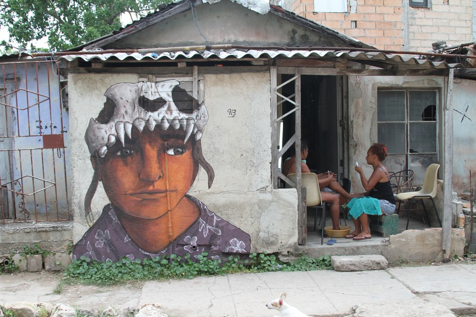 A Romerillo  le plasticien Kcho réhabilite les rues défoncées, les installations délabrées, les maisons du quartier de son enfance. @ C.Gary