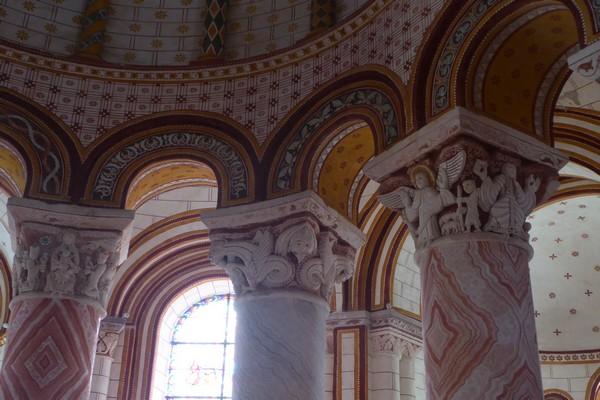 Les chapiteaux polychromes exceptionnels de la collégiale Saint-Pierre de Chauvigny. @ C.Gary