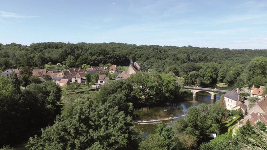 Vue d'ensemble de l'un des plus beaux villages de France :Angles sur l'Anglin. @  CDT Comité Départemental du Tourisme, l'ATV/ACAP.
