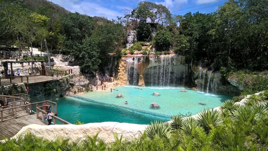 Dans les environs immédiats de Punta Cana, le Scape Park est un parc à thème qui vous assurera de belles sensations fortes grâce notamment à son étonnant réseau de tyroliennes et la possibilité de nager dans un cénote, curiosités géologiques , gouffres aux reflets bleutés partiellement ou complètement remplis d'eau. Crédit photo David Raynal.