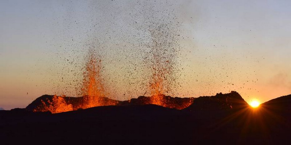 Reconnu mondialement pour ses éruptions splendides et spectaculaires, mais aussi régulières, le volcan réunionnais offre, une fois encore, un spectacle inédit; @  IRT Serge Gelabert