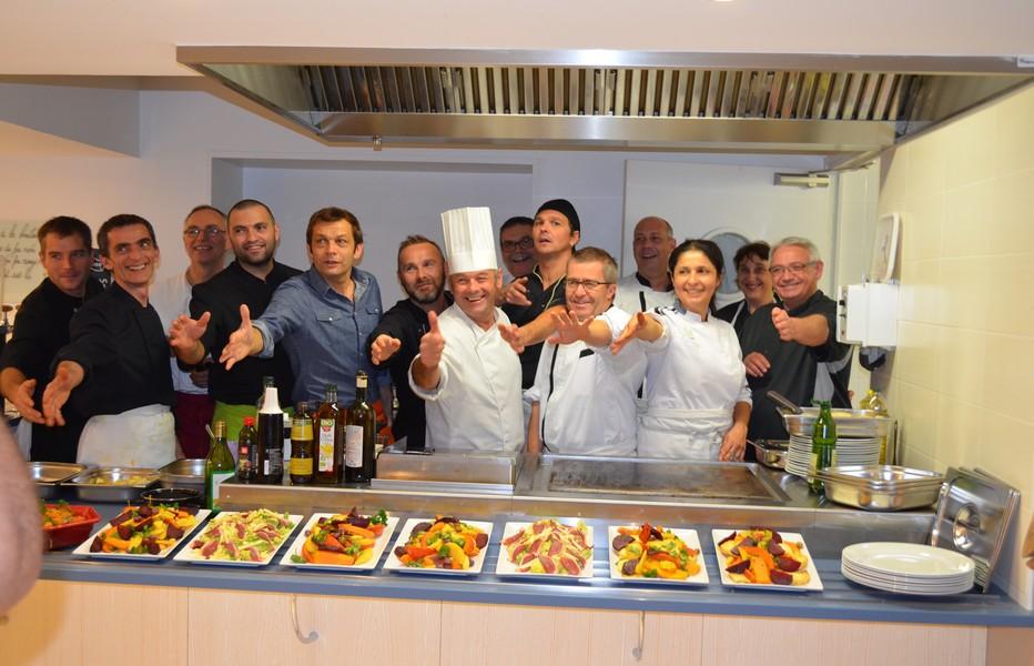 Le chef cuisinier Patrice Beranger, son équipe et la présence de l'animateur télé Laurent Mariotte, dans les cuisines des 4 Vents à Noirmoutier. @ 4 Vents