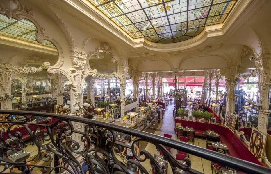 Grand Café ! Une institution, le Grand Café fait partie des dix plus belles brasseries 1900 de France. Il vit  Gabrielle Chanel chanter l'inoubliable ! « Qui qu'a vu Coco dans l'Trocadéro » avant de devenir Coco; @ Luc Olivier CDT