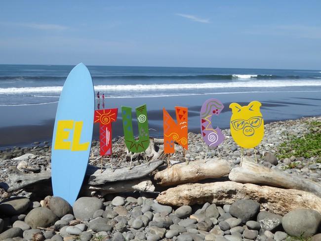 Puro Surf, proposant des initiations dès l'âge de 5 ans ! Forte de son succès, la côte voit se multiplier les hôtels de charme ou de standing, en particulier autour du joli village de El Tunco,@ C.G.