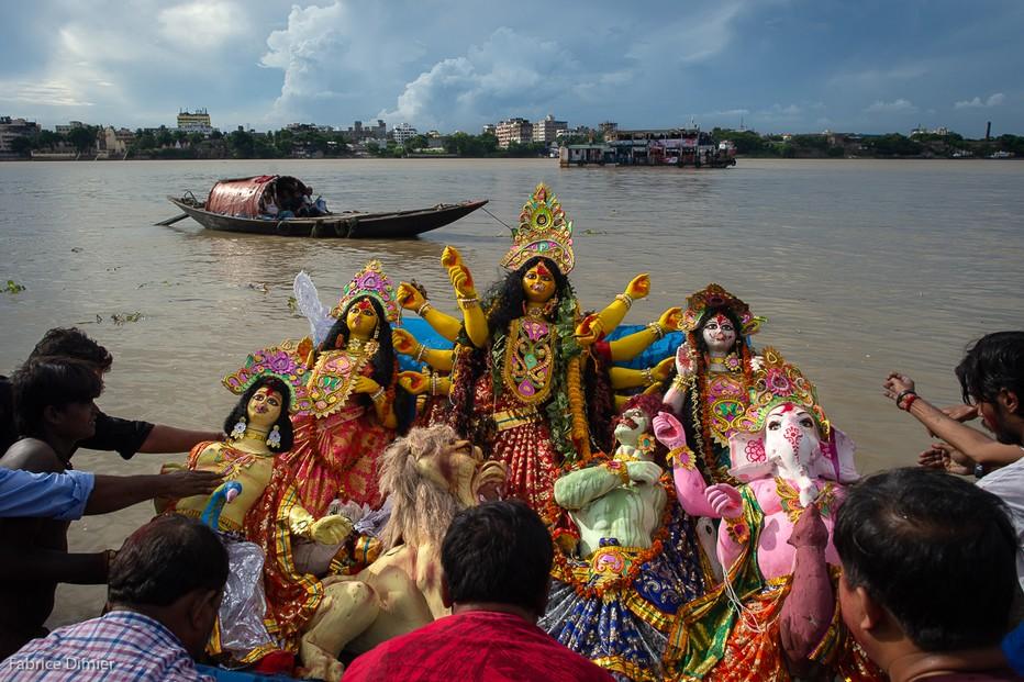 Fin du Festival. Toutes les effigies sont menées au fleuve pour être immergées. On dit adieu à Durga jusqu'à l'année prochaine . @Fabrice Dimier