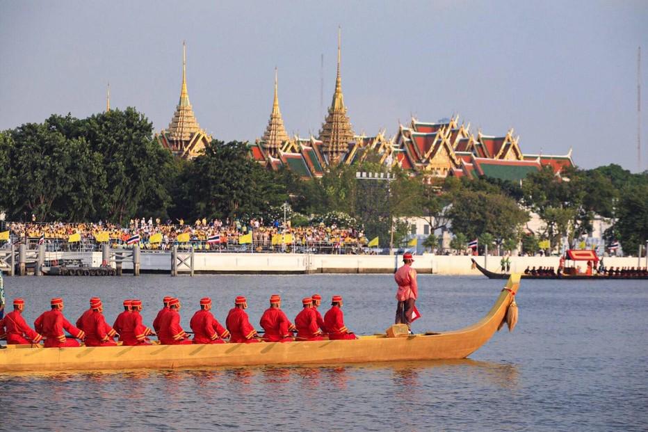 Le 12 décembre prochain cérémonies en l'honneur de l'accession au pouvoir de Rama X, nouveau roi de Thaïlande.Les barges glissent devant le Palais Royal. @ O.T. Thaïlande.