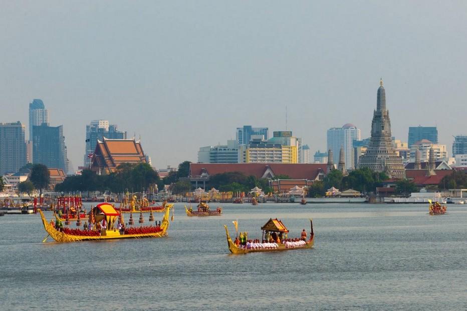 Lors de la cérémonie du 12 décembre cinquante et un navires, avec à leur bord 2200 rameurs, entoureront le vaisseau transportant le roi. @ O.T. Thaïlande