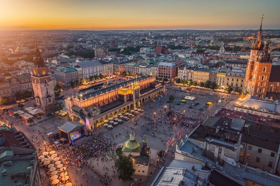 Lors de la période de l'Avent, le marché de Cracovie retrouve toutes ses lettres de noblesses et son caractère commercial ancestral.@Highenough.pl