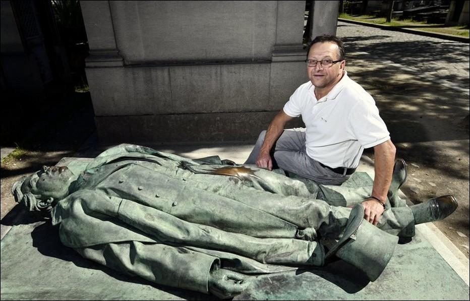 Bertrand Munier pose près de la sépulture de Victor Noir réalisée par Jules Dalou, si particulière, située au cimetière parisien du Père-Lachaise.. @ DR