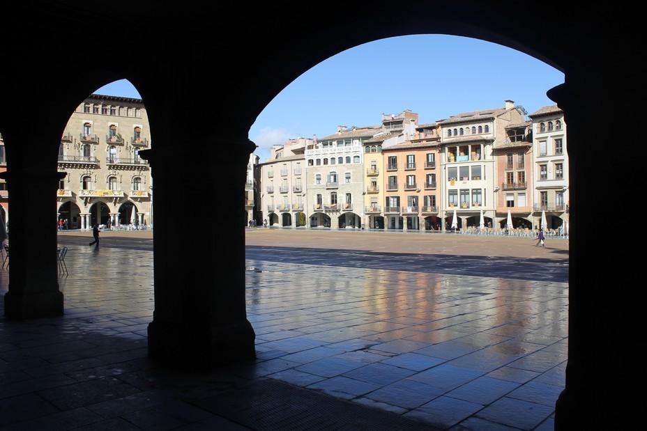 Balade  le matin à la fraîche dans le centre médiéval de Vic, cette ville historique, en commençant par la Plaça Mayor dont les demeures anciennes surplombent les arcades ombragées. @ OT Vic