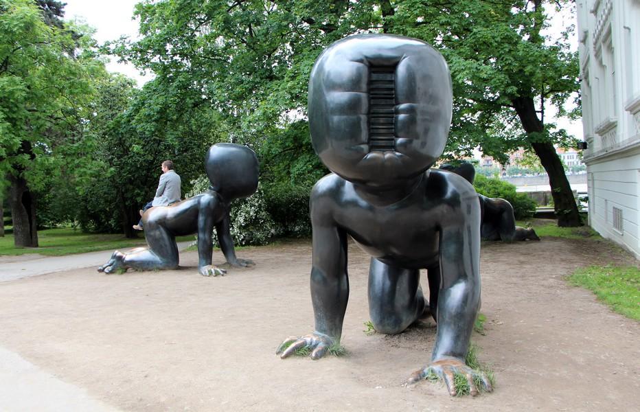 Des sculptures surréalistes dans les jardins de Prague.  @ David Raynal