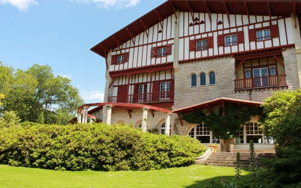 Ce sont aujourd'hui plus de 400 « bons vacances » d'une valeur minimale de 500 € en Béarn Pays basque qui seront offerts aux soignants. Pays Basque - Villa Arnaga à Cambo-les-Bains (64), la demeure d'Edmond Rostand (1868-1918) l'auteur de Cyrano de Bergerac © OTMS.