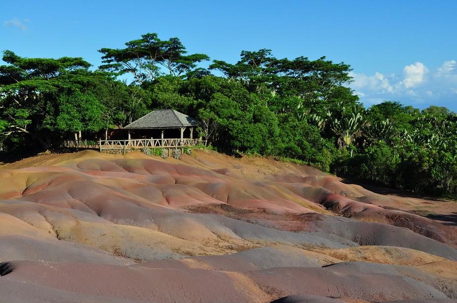 Le lieu-dit Chamarel dans le sud-ouest de l'île Maurice où le voyageur y découvre la mystérieuse terre des sept couleurs.  C'est un phénomène géologique d'origine volcanique unique où la terre a pris sept couleurs distinctes et sur laquelle aucune végétation ne pousse.@ Dominique Clain/Pixabay/Lindigomag