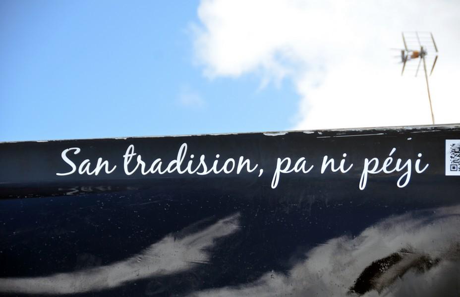 """Le slogan inscrit en créole """"Sans traditions pas de pays"""" est le  porte-bonheur de la yole. @ David Raynal"""