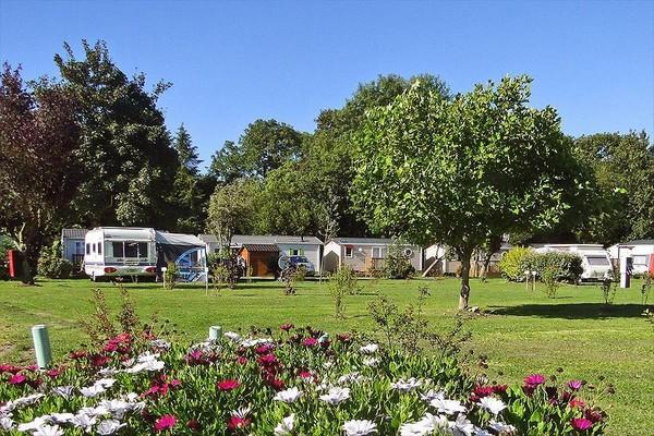 Vacances à la campagne au milieu de la verdure et des fleurs avec Campings Flower. @ C.F.