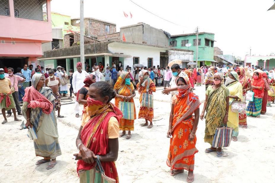 Dans les villages où le cyclone est passé les gens font la queue pour l'aide alimentaire @ Association Meghdutam Foundation