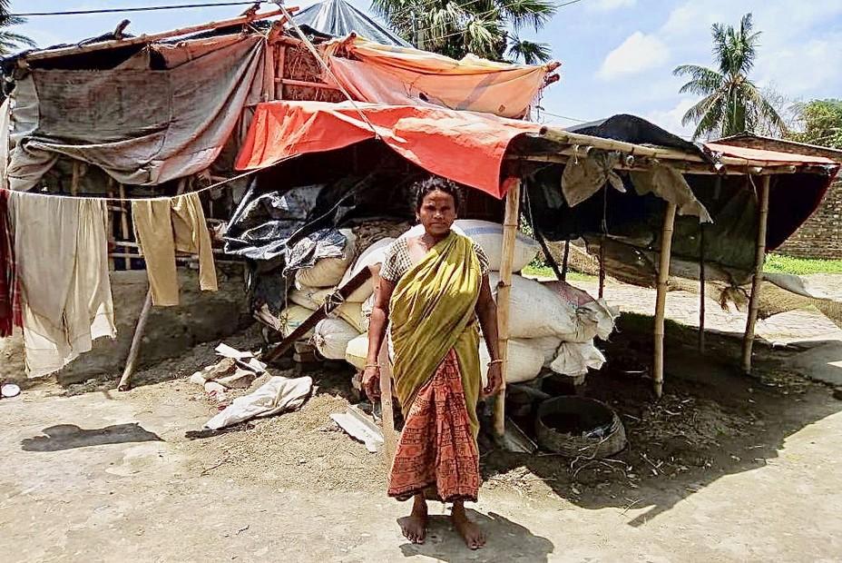 Près du delta du Gange les gens ont perdu leurs humbles abris et doivent aussi se protéger de la pandémie dont le nombre de victimes est croissant. @ Association Meghdutam Foundation