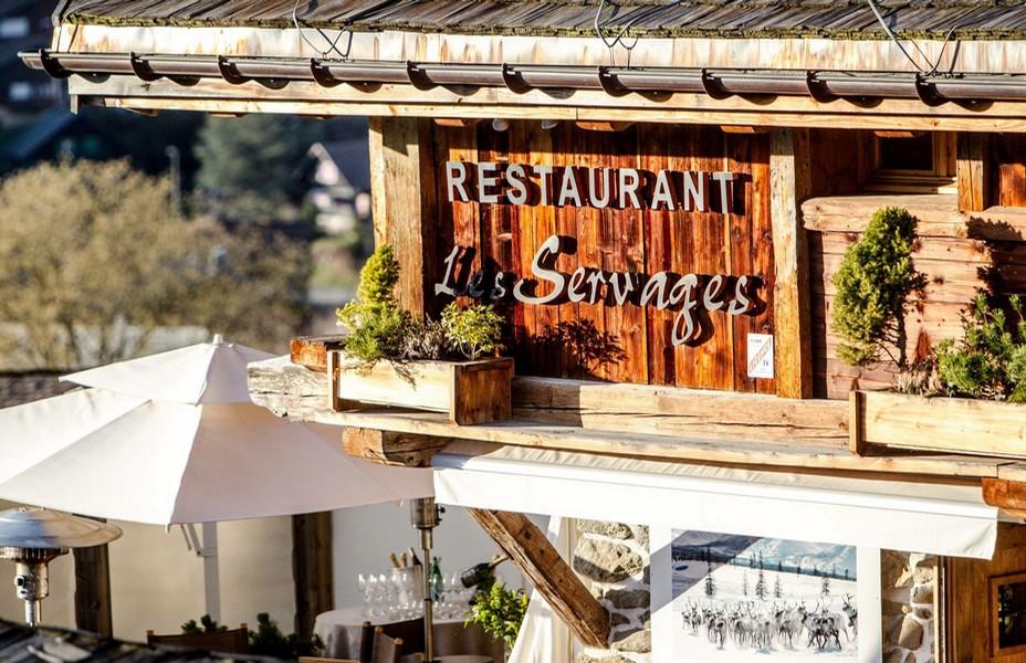 """Les """"Servages d'Armelle""""  Niché en pleine montagne sur les hauteurs de la station des Carroz d'Arâches à 1200 mètres d'altitude, ce très bel hôtel 4 étoiles abrite un restaurant traditionnel qui ouvre sur une belle véranda et une terrasse panoramique. @ DR."""