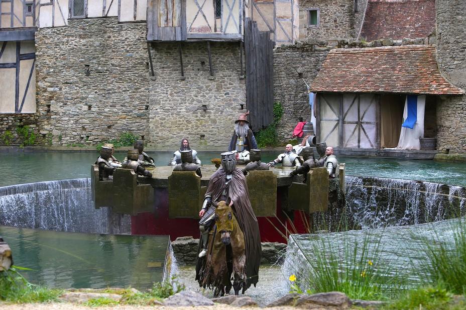 Le roi Arthur et les chevaliers de la Table Ronde se préparent à la quête du Graal . @ Puy du Fou