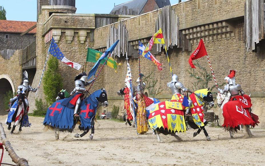 Secret de la Lance vous conte l'histoire d'une bergère qui défend son château contre les ennemis. @ Le Puy du Fou