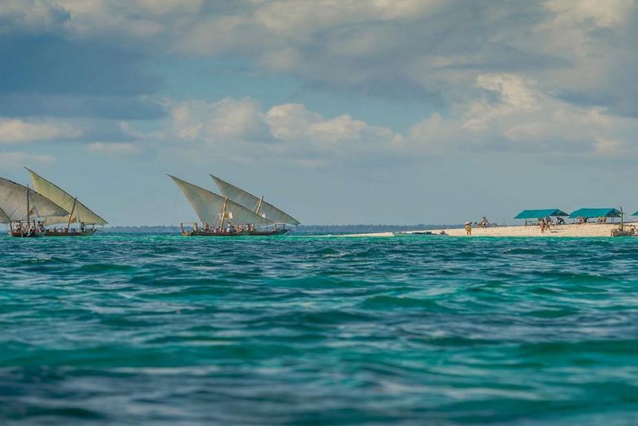 La Tanzanie s'ouvre à nouveau aux touristes, navigation traditionnelle sur les eaux turquoise de Zanzibar. @ OT Tanzanie