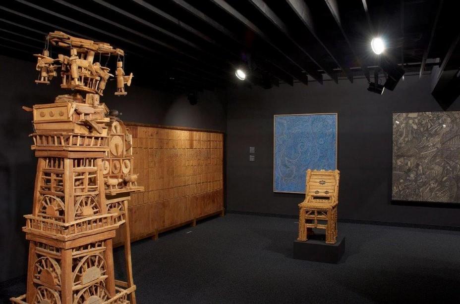 Collection Art Brut, salle d'expo. Sculpt.sur bois d'Emile Ratier. © DR.