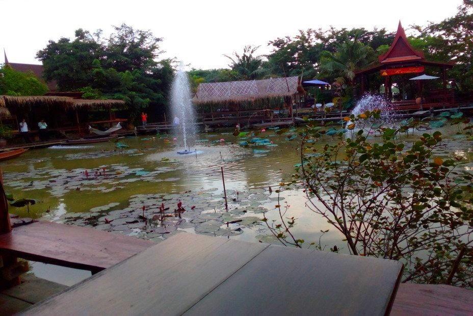 Raan Tha Luang Restaurant situé dans un merveilleux jardin. @ F.Surcouf