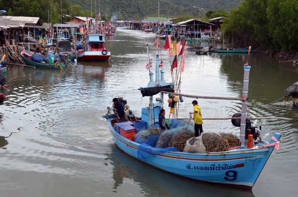 A l'une des extrémités de la baie, un canal protégé de la houle abrite le petit port de pêche de Ban Khao Daeng. Crédit photo David Raynal.