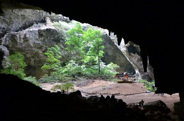 La grotte de Phraya Nakhon qui est composée de deux gouffres est devenue l'attraction principale du parc national. Etonnant phénomène de la nature, elle aurait été découverte par Chao Phraya Nakhon Sri Thammarat il y a plus de 200 ans lorsqu'il cherchait à s'abriter d'une grosse tempête. Crédit photo David Raynal.