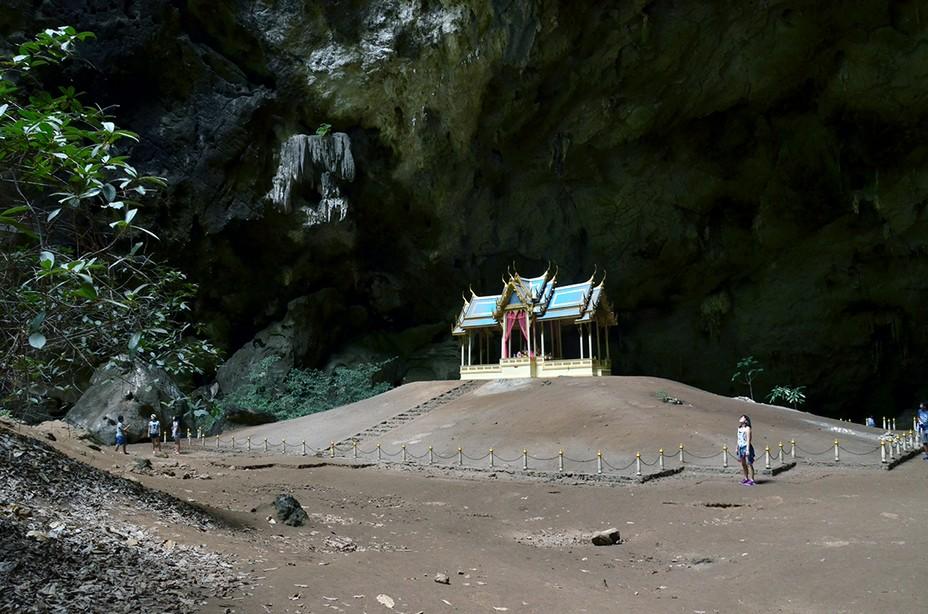 La grotte héberge un pavillon royal, construit en 1890 pour accueillir en grande pompe le roi Rama V, qui s'y est rendu en pèlerinage. Par beau temps, le pavillon brille de mille feux, quand la voûte percée de la cavité réfléchit la lumière du soleil dans un angle précis et confère au lieu une atmosphère surnaturelle et mystique. Crédit photo David Raynal.