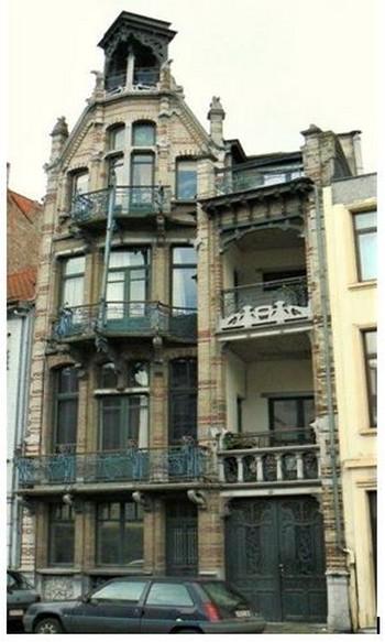 Bruxelles -  maison Van Dyck, boulevard Clovis. Architecte : Gustave Strauven. La façade de 7,60 m s'articule en deux travées. La partie gauche se termine par un pignon de type gothique.. @ A.Degon