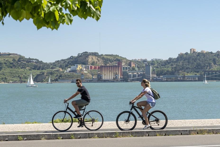 A Cascais, station balnéaire à 30 minutes de Lisbonne, un vaste réseau de vélos en libre-service permet aux résidents et visiteurs de se déplacer en privilégiant la mobilité douce. @ Tourisme Vert Lisbonne copyright  Armindo Ribeiro