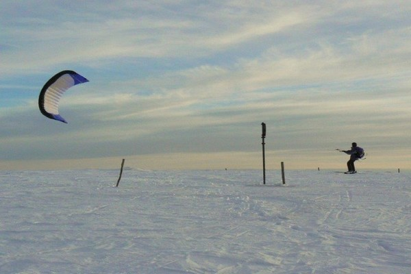 Un sport idéal en montagne - le Kite-ski. @ André Degon