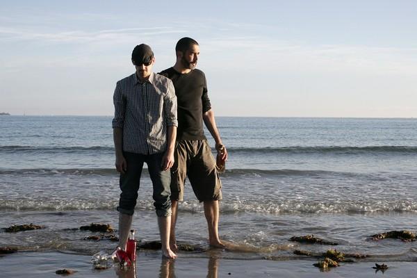 """Les pieds dans l'eau, Lucas Frisk et Olivier Cruz, fondateurs de """"Malo Rhum """" @ David Raynal"""