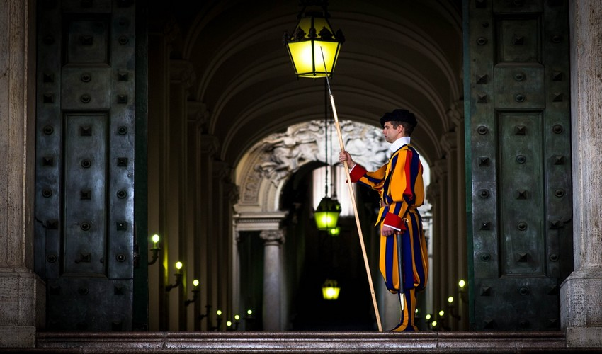 Un garde suisse protège l'entrée du Vatican . Copyright photo Lindigomag/Pixabay