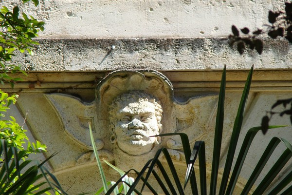 Les mascarons bordelais reflètent l'histoire de la ville avec la reproduction de visages africains en référence à la traite négrière. Visage d'africain, 2 rue d'Aviau - © Droits Réservés.