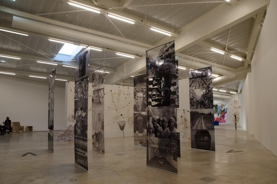 L'installation de l'artiste nigériane Ndidi DIke dénonce l'impact des lourdeurs administratives sur les migrants. © David Raynal