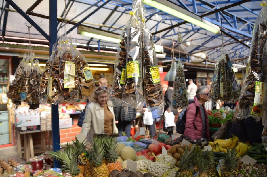 Depuis 1992, le vieux marché  fonctionne tous les jours de l'année en semaine de 7h à 18h excepté le dimanche. Il est géré par une association de 73  commerçants . @ David Raynal
