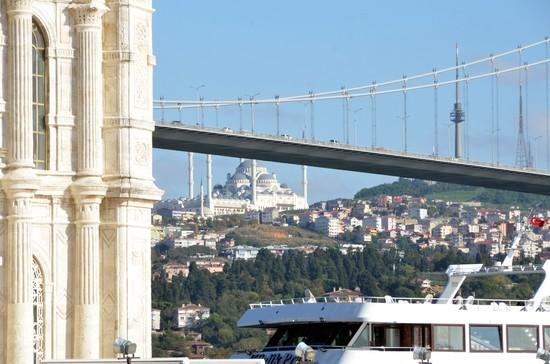 Seule ville à prospérer entre deux continents les ferries d'Istanbul se croisent avec nonchalance sous les ponts du Bosphore - © David Raynal