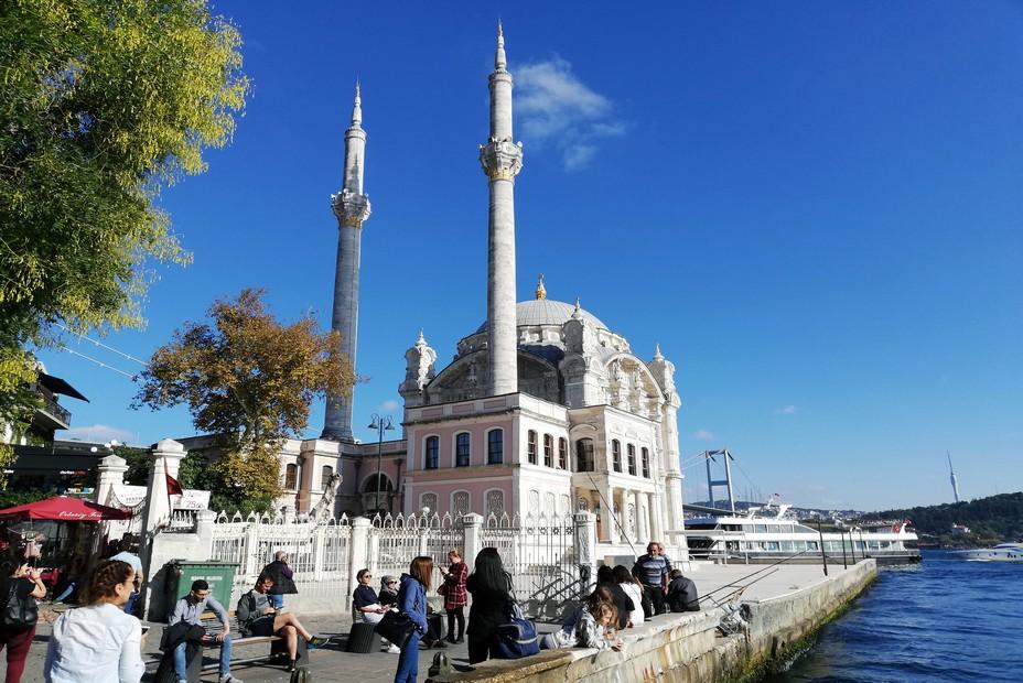 Village dans la ville, le quartier d'Ortaköy littéralement « le village du milieu du détroit » en turc est devenu ces dernières années avec ses nombreuses échoppes un important centre artisanal - © David Raynal