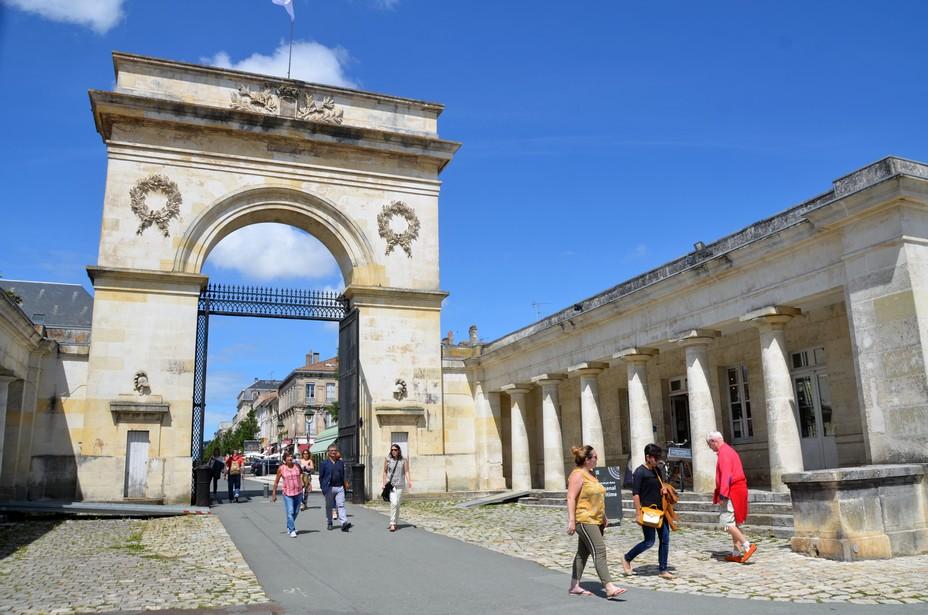 La porte de l'Arsenal, appelée aussi porte du Soleil est une porte monumentale réalisée en 1829 en forme d'arc de triomphe et qui marque l'entrée de la ville et de l'Arsenal. - @ David Raynal