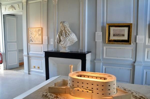 Musée de la Marine, buste de Jean-Baptiste Colbert (1619-1683) contrôleur général des finances, secrétaire d'État de la Maison du roi et secrétaire d'État de la Marine. Aupremier plan une maquette du fort Boyard. @ David Raynal