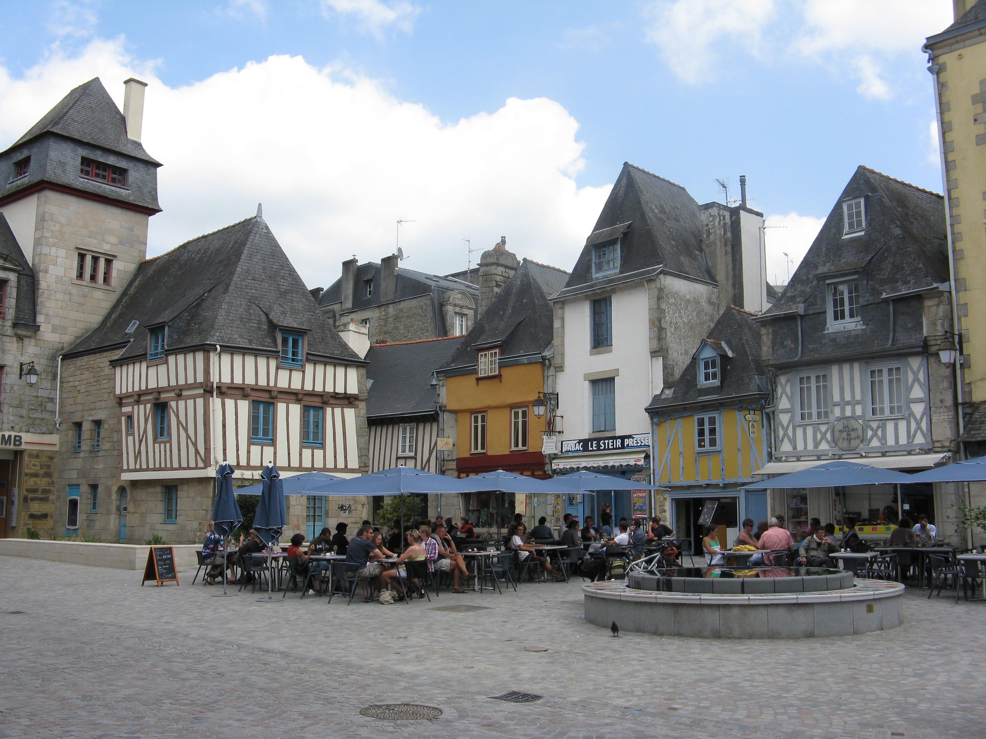 Quimper Place de Terre au Duc et ses terrasses près du Steïr©Office de Tourisme Quimper Cornouaille