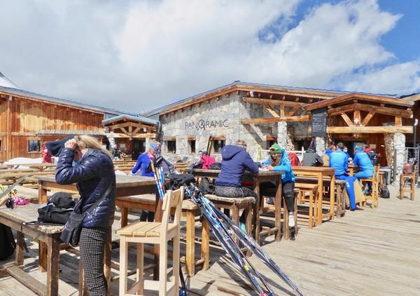 Arrivée du funiculaire de Tignes. Déoart en  téléphérique pour skier sur le glacier de la Grande Motte à 3653 mètre s@. C.Gary