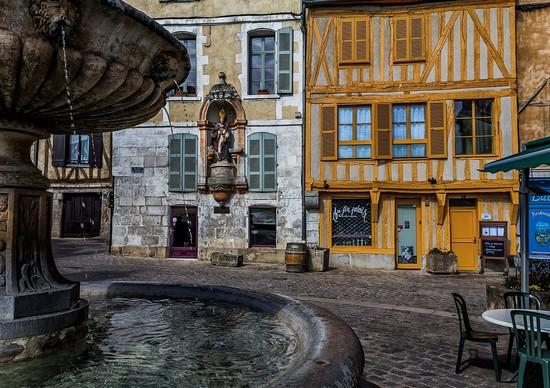"""La statue en bois polychrome de Saint Nicolas, patron des """"gens de l'eau"""", veille toujours sur la place du Coche-d'eau @ Pixabay/lindigomag"""